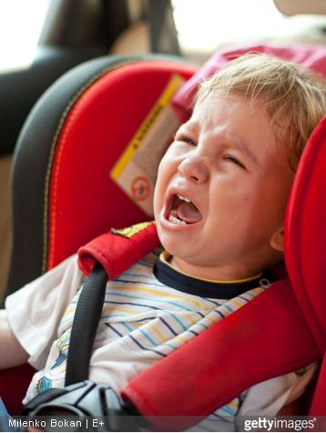 Pour que le trajet ne vire pas au cauchemar, préparez des jeux pour occuper votre enfant.