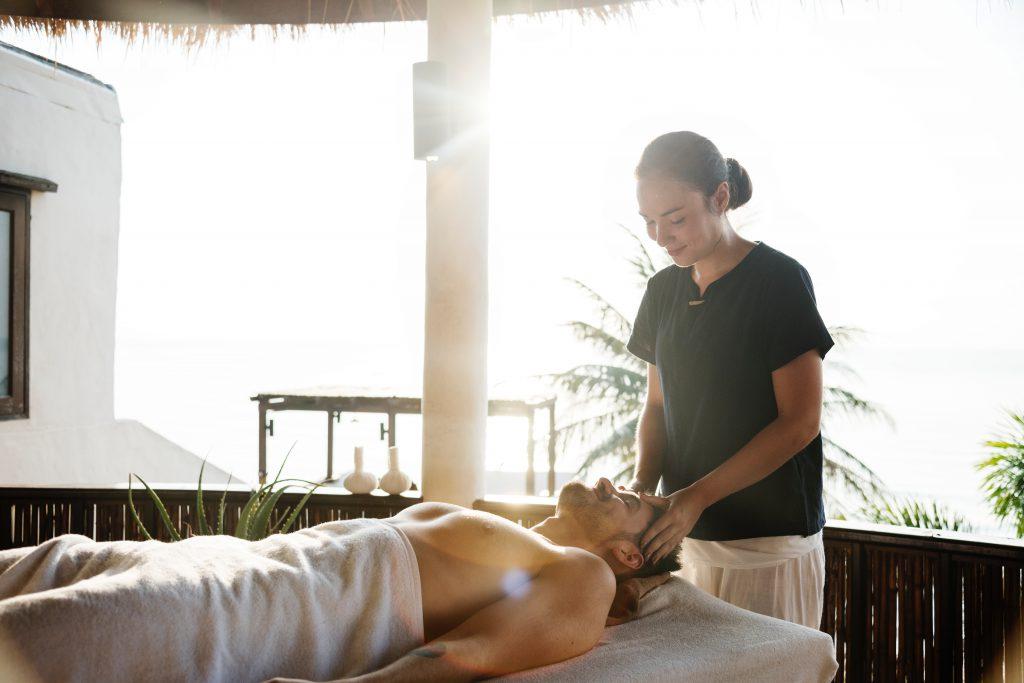 Homme qui se fait masser dans un centre de bien-être et beauté