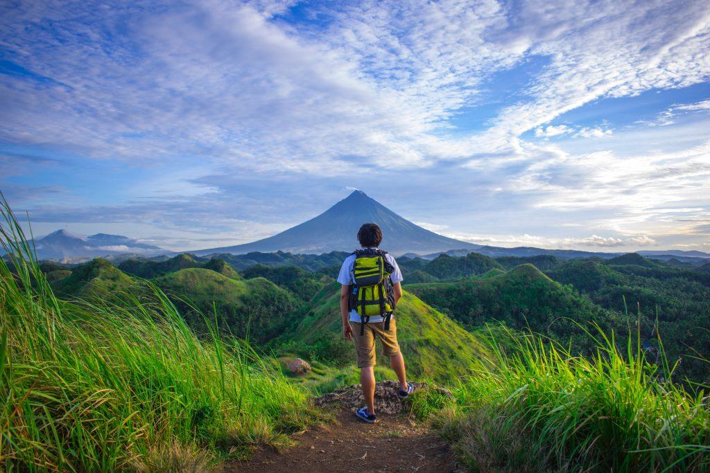 Touriste qui voyage en pleine nature avec son sac à dos